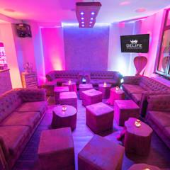 Loungeecke mit DELIFE Chesterfields und Baumkantentischen in Coburger Szene Location:  Bars & Clubs von DELIFE