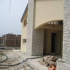 portico di ingresso: Casa di campagna in stile  di studio arch sara baggio