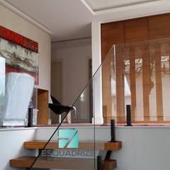 Condomínio Sta. Mônica Jardins  RJ: Escadas  por Esquadrize - Soluções em Alumínio e Vidros