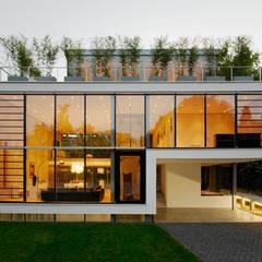 Nhà có sân thượng by Esquadrize - Soluções em Alumínio e Vidros