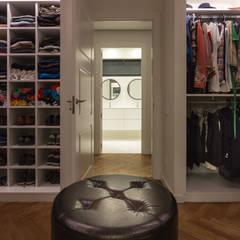 Reforma integral de vivienda en Barcelona: Vestidores de estilo  de Reformas Vicort