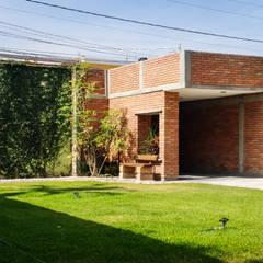Jardín Naranjos: Jardines de estilo  por QUIRSA arquitectos