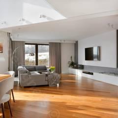Wnętrza domu na Podhalu zaprojektowane przez Intellio designers: styl , w kategorii Podłogi zaprojektowany przez Intellio designers