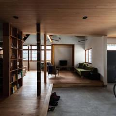 神戸大倉山の家: エイチ・アンド一級建築士事務所 H& Architects & Associatesが手掛けた廊下 & 玄関です。