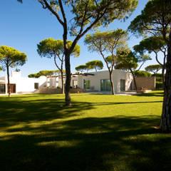 Moradia em Vilamoura: Jardins de pedras  por Castello-Branco Arquitectos, Lda