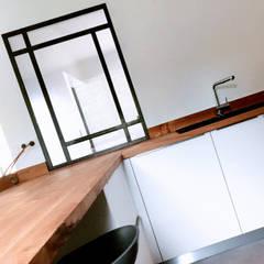 Maison L.C.: Cuisine intégrée de style  par Ophélie Dohy architecte d'intérieur