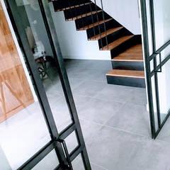 Maison L.C.: Couloir et hall d'entrée de style  par Ophélie Dohy architecte d'intérieur
