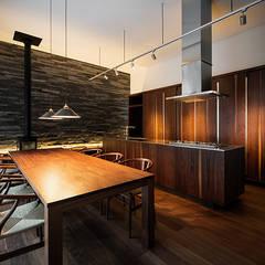 キッチン&ダイニングテーブル: 白坂 悟デザイン事務所が手掛けたキッチン収納です。