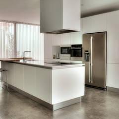 Inbouwkeukens door Moderestilo - Cozinhas e equipamentos Lda
