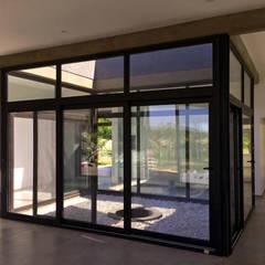 Casa LH - Diseño y construcción de vivienda unifamiliar en Buenos Aires Jardines de invierno modernos de KorteSa arquitectura Moderno