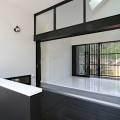 3本引きの玄関ドア: 石川淳建築設計事務所が手掛けた廊下 & 玄関です。
