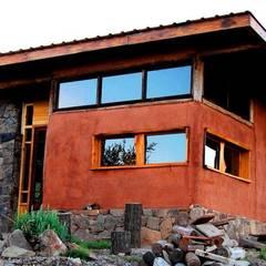 CASA DE LA COLINA: Casas de estilo  por bioma arquitectos asociados,Rural