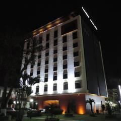 HOTEL MALIBU: Hoteles de estilo  por COMERCIALIZADORA BIOILUMINACIÓN SA DE CV