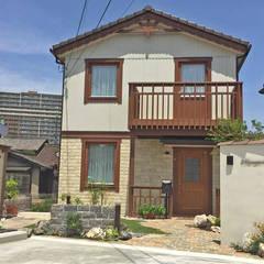 ヨーロッパの片田舎をイメージ、石畳風アプローチのエクステリア: 匠ガーデンが手掛けた一戸建て住宅です。
