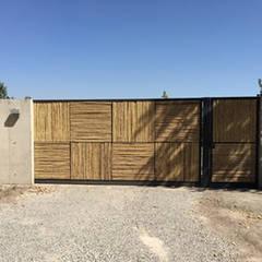 Casa Briones Coranata: Puertas de estilo  por MAC SPA