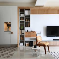 日式無印收納宅電視牆:  客廳 by 達譽設計