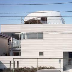 コーナーガーデンの家: 西島正樹/プライム一級建築士事務所 が手掛けた二世帯住宅です。