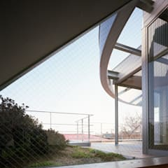 Velux et fenêtres de toit de style  par 西島正樹/プライム一級建築士事務所