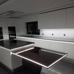 Kitchen units by Paulo Cardoso - Móveis por Medida, Lda., Modern MDF