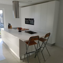 Cozinha Modelo Lacado Branco Mate: Armários de cozinha  por Paulo Cardoso - Móveis por Medida, Lda.