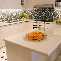 White Sapphire Quartz Kitchen Countertop at the Viridian in Greenhills:  Kitchen by Stone Depot,