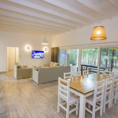 Casa modular en el barrio de Costa Esmeralda: Comedores de estilo  por JOM HOUSES