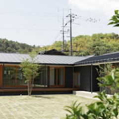 L字の家: toki Architect design officeが手掛けたアプローチです。