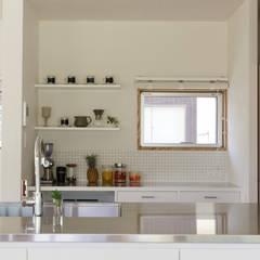 L字の家: toki Architect design officeが手掛けたキッチン収納です。