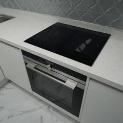 누구나 꿈꾸는 모던하우징_꿈마을 한신아파트 61평 인테리어_용디자인: YONG DESIGN의  빌트인 주방,모던