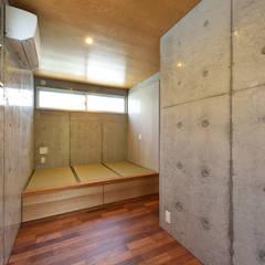 1階寝室書斎: プラソ建築設計事務所が手掛けた寝室です。