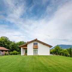 Abitazione in stile classico: Casa di campagna in stile  di Woodbau Srl