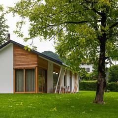Piccoli grandi spazi abitativi: Casa di legno in stile  di Woodbau Srl