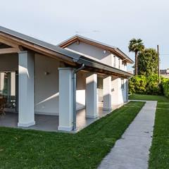 Ampio patio esterno: Case in stile  di Woodbau Srl