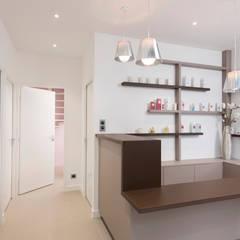 Rénovation d'un institut de beauté : Locaux commerciaux & Magasins de style  par réHome