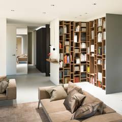 Bibliothèque intégrée: Salon de style  par réHome