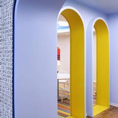 Vista do interior do corredor para a sala de artes visuais.: Espaços comerciais  por Estúdio AMATAM