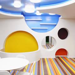 Área interior da zona artes visuais com uma vista ampla do espaço.: Espaços comerciais  por Estúdio AMATAM