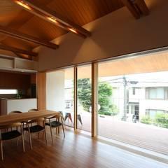つなぎ梁の家: 西島正樹/プライム一級建築士事務所 が手掛けたベランダです。