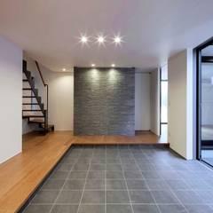 東中浜の家2: 中澤建築設計事務所が手掛けた廊下 & 玄関です。
