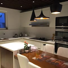 Proyecto de diseño y decoración en una villa residencial SK Whitefield | Bangalore | India: Módulos de cocina de estilo  de Studioapart
