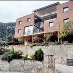 Vallirana House: Casas unifamilares de estilo  de Studioapart