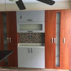 Cocina moderna con acabado en madera en diferentes tonos: Cocinas equipadas de estilo  por K+A COCINAS Y ACABADOS DE MONTERREY SA DE CV