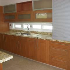 Cocina moderna con puertas de madera: Cocinas equipadas de estilo  por K+A COCINAS Y ACABADOS DE MONTERREY SA DE CV