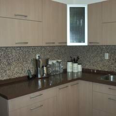 Cocina de aglomerado beige y cubierta de cuarzo: Muebles de cocinas de estilo  por K+A COCINAS Y ACABADOS DE MONTERREY SA DE CV