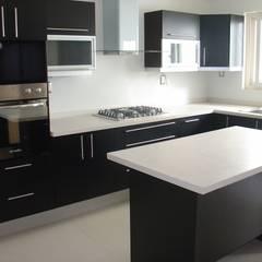 Built-in kitchens by K+A COCINAS Y ACABADOS DE MONTERREY SA DE CV, Minimalist لکڑی Wood effect