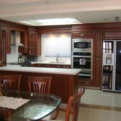 Cocinas integrales de estilo  por K+A COCINAS Y ACABADOS DE MONTERREY SA DE CV, Clásico Madera Acabado en madera