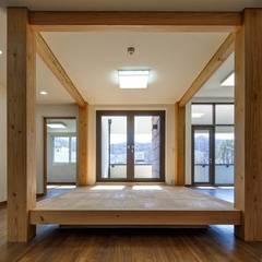 공간 속 공간: 담음건축디자인주식회사의  서재 & 사무실