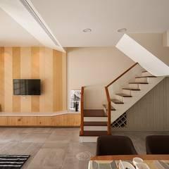 Escaleras de estilo  por 層層室內裝修設計有限公司