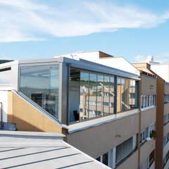 Schmidinger Alu-Wintergarten auf einer Dachterrasse:  Wintergarten von Schmidinger Wintergärten, Fenster & Verglasungen