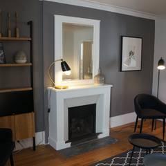 détail cheminée salon: Salon de style de style Classique par Laure van Gaver